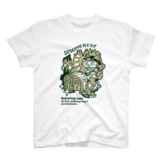 洞窟探検をする猫 T-shirts