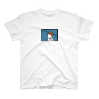 雨を眺める女の子 T-shirts