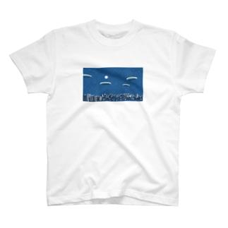 月の照らす街【MVブルームーンから】 T-shirts