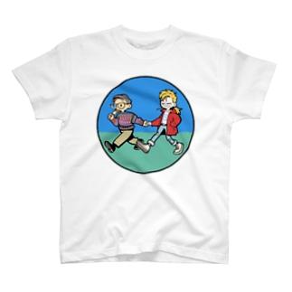 歩く2人 T-shirts