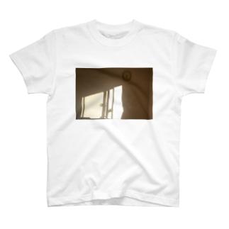 部屋に入る西日 T-Shirt