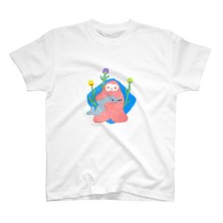 イルカの赤ちゃんを抱くイエティ T-Shirt