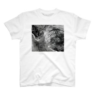 COSMOS 手を伸ばせば宇宙 モノクロ T-shirts