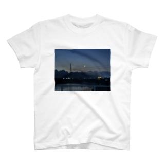 夜空に月を眺めて T-shirts