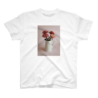 バラをさしたピッチャー T-shirts