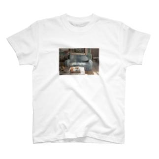 朝飯を食べるソファー T-shirts