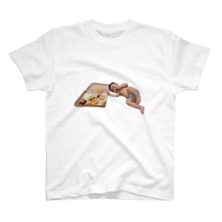 ピザを食べる赤ちゃん(濃色用) T-shirts