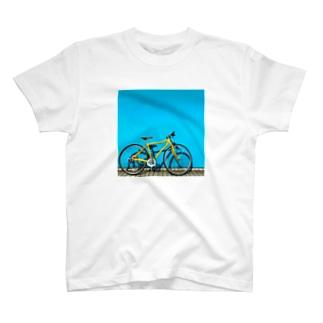 青い壁と黄色い自転車 T-shirts