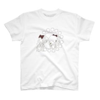 レトロな紅茶ちゃん ドレッサーの前でお化粧 T-shirts