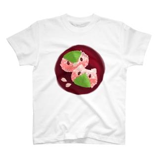 シノブデザイン のペンギンとネコの桜餅 T-shirts