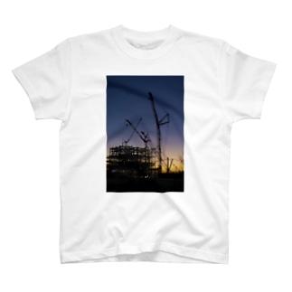 薄暮の建設現場 T-shirts