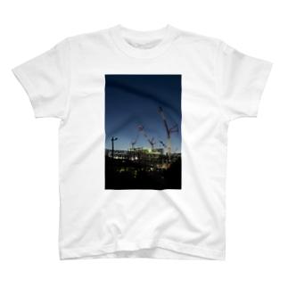 建設現場のクレーン T-shirts