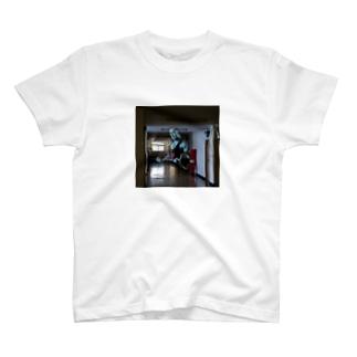 廊下にマッチョ霊!Tシャツ T-shirts