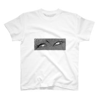 こっちを見ているぞ‼︎ T-shirts