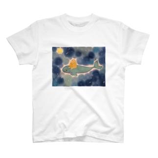 青の中 夜空のおさんぽ中の可愛いハリネズミ T-shirts