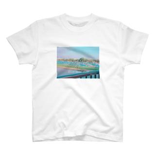 ブルーシートの川 T-shirts
