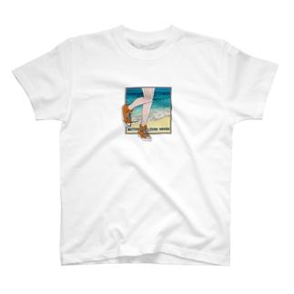 ビーチとスニーカー T-shirts
