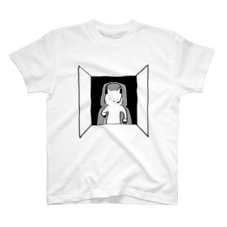 人間を操縦する猫 T-shirts