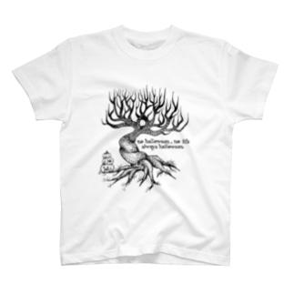 木の下にカボチャ T-shirts