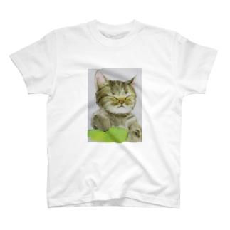 眠いにゃん T-shirts