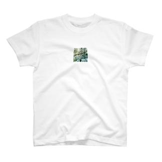しろい花の陰にかくれて T-shirts