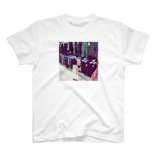洋服を選ぶ子ども T-shirts