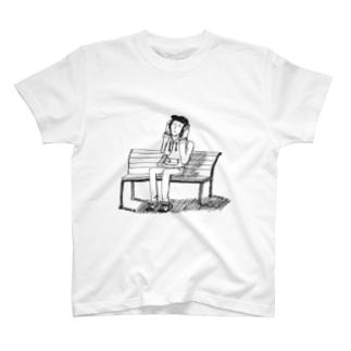 公園のベンチで音楽聴く人 T-shirts