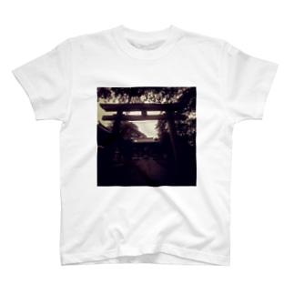 不気味な神社 T-shirts