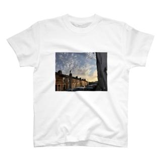 夕焼けに染まるカーディフの街並み T-shirts