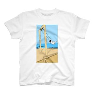 ブランコにのる女の子 T-shirts