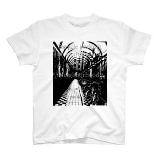 駅の近くの駐輪場 T-shirts