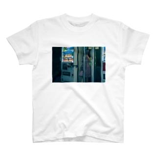 夜の電話ボックスと女の子 T-shirts