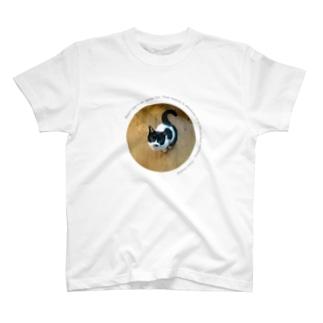 黒にはすべてがある。白も同じ。 T-shirts