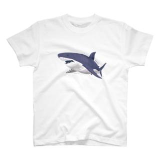 線を重ねて立体感を出したサメ T-shirts