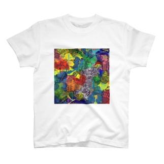 カラフルな森の中 T-shirts