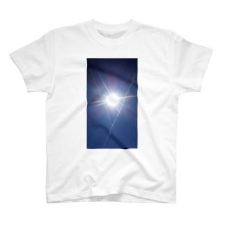 太陽と飛行機雲 T-shirts