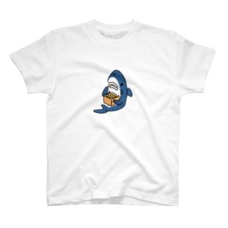 豆を喰らうサメ T-shirts