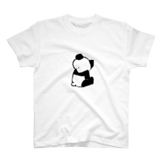 パンダ後ろ姿  ちょっとナナメ上 T-shirts