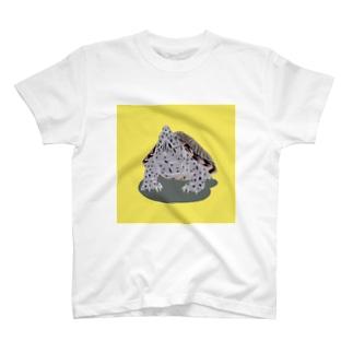 上を向くカブトニオイガメ(イエロー) T-shirts