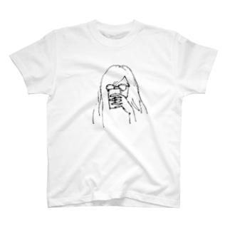 スマホをみる少女 T-shirts