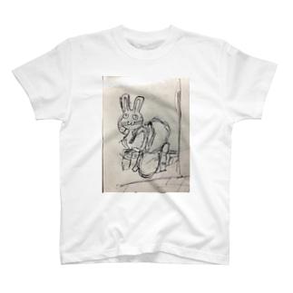 便所飯を強いられるウサ T-shirts