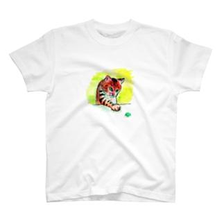 するどい目つきの猫 T-shirts