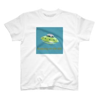 UFOに乗って買い物 T-shirts