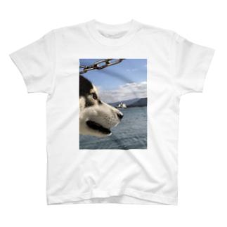 海を見るハスキー T-shirts