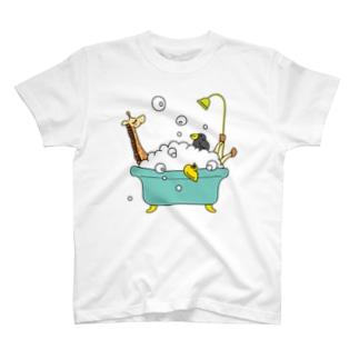 バスタイム中のキリンとカラス T-shirts