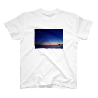 🚢水平線に沈む夕陽 T-shirts