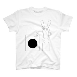 ドラム式洗濯機のスイッチを押すうさぎ T-shirts