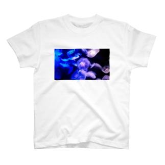 夜に咲くクラゲ T-Shirt