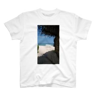 森の奥のビーチ T-Shirt