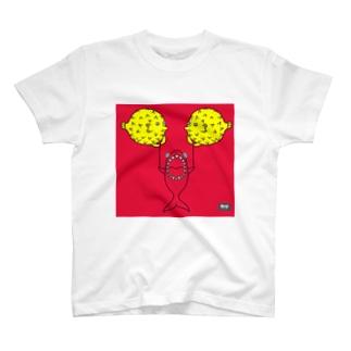 フグ風船とサメ(codycoby) Tシャツ
